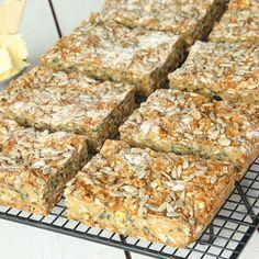 Mättande, lättbakat energibröd fylld med nyttiga fröer. Swedish Recipes, Fika, No Bake Desserts, Bread Baking, Lchf, Crackers, Food Inspiration, Bread Recipes, Banana Bread