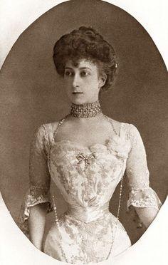 Queen Maud of Norway. Her waist!