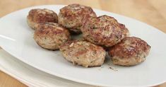 Ob Frikadelle, Bulette oder Fleischpflanzerl: Bezeichnungen gibt es viele für die regional ganz unterschiedlichen Varianten der gebratenen Klöße aus Hackfleisch. Doch egal, wie sie das Essen nennen: So bereiten Sie es wirklich gut zu.
