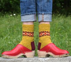 I have to knit these: Sollidago by Mary Jane Mucklestone; free sock pattern via http://knitty.com