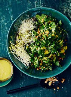 Grüner Salat mit Kurkuma-Dressing: Alle Zutaten bleiben naturbelassen und werden vom cremigen Dressing in Szene gesetzt - köstlich!