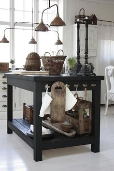 Pendants, basic island, warm woods... cuisine, kitchen, table, ilot, white, black, blanc, noir, accessories