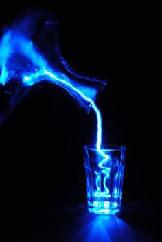 Blue and white lightening in a glass, Leia Azul Indigo, Bleu Indigo, Love Blue, Blue And White, Le Grand Bleu, Everything Is Blue, Neon, Blue Aesthetic, Light Painting