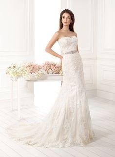 38a5ad17c090 Abito da sposa colore Champagne stile scivolato in pizzo presso Bride  Project Buttrio www.brideproject.it
