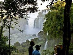 7 Maravillas del Mundo: Cataratas del Iguazú (Argentina y Brasil).  Las cataratas del Iguazú se localizan en la provincia de Misiones, en el Parque Nacional Iguazú, Argentina, y en el Parque Nacional do Iguaçu del estado de Paraná, Brasil; asimismo, están próximas a la frontera entre Paraguay y Argentina, a solo 13,8 km en línea recta.