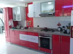 Cocina integral roja, con puertas en aluminio y vidrio, con luz led, cubiertas en granito, Quarztone, materiales resistentes al agua, con bisagras de cierre lento, Tel: 3128585683