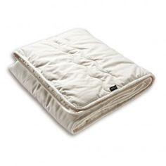 Biologisch Eenpersoons herfst dekbed. De tijk is van biologisch katoen. De vulling is van puur biologische scheerwol.  Vulling: 600 gram wol per m2   Maten: Het dekbed is geschikt voor een éénpersoonsbed (80/90 x 190/200cm). Seizoen: Herfst/ Lente  (Het herfst dekbed is ook te gebruiken als 4-seizoenen dekbed, gebruik dan in de winter een extra deken of een warme pyjama).