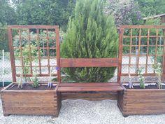 Jardinières avec banc et une pergola pour le jardin....