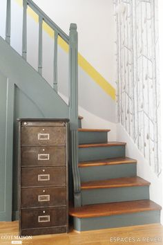 hallway decorating 535154368220010772 - Une cage d'escalier graphique Source by liseaim Painted Staircases, Wood Staircase, Painted Stairs, Staircase Ideas, Wallpaper Stairs, Modern Wallpaper, Stair Walls, Staircase Makeover, Hallway Designs