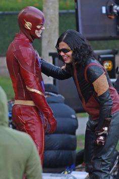Those OG costumes Stars Wallpaper, Flash Wallpaper, Melissa Supergirl, Supergirl And Flash, Flash And Arrow, Foto Flash, The Flash Cisco, Flash Funny, Flash Comics