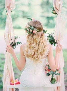 mariee boheme balancoire decore en voiles rubans et fleurs