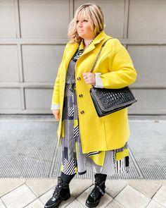 @elabonbonella plus size blogger | 2021 pantone colors in fashion; yellow coat and black/ grey dress | elabonbonella.com Plus Size Looks, Yellow Coat, Pantone Color, Gray Dress, Plus Size Fashion, Fashion Beauty, Black And Grey, Blog, Colors
