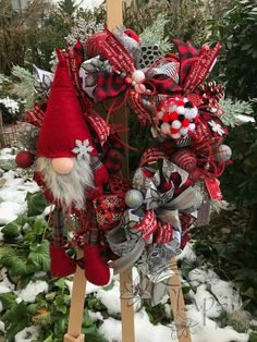 And the first christmas gnome wreath of this season is here. And it goes to USA. In the colors of red-grey-silver-black. Added different kinds of ribbon strips and a bow. Next are handmade or hand-decorated christmas balls, glittered pinecones and other natural items, bead garlands, LED small lantern and a lots of other cute decor. And of course one super cute gnome. The wreath is around 50 cm (20 inch) #christmas #gnome #gnomewreath #handmade #christmastimeishere