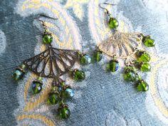 Boucles d'oreille boho, perles vertes iridescentes : Boucles d'oreille par aupetitboudoir