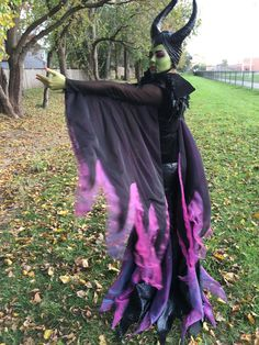 Maleficent Costume DIY- Here are many pics of the Maleficent costume I made for Halloween! I must say, it's been one of my favorite costum. Mad Hatter Costumes, Movie Halloween Costumes, Toy Story Costumes, Halloween Dress, Spirit Halloween, Diy Costumes, Halloween Kids, Costume Ideas, Disney Halloween