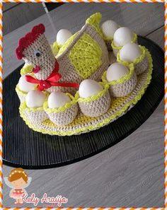 GALINHA PORTA OVOS  PRONTA ENTREGA,TAMBÉM ACEITO ENCOMENDAS  Feito em barbante,de ótima qualidade 100% algodão.  As cores podem variar de acordo com o gosto de cada cliente.  !O valor do frete é por conta do comprador  Para mais informações ,consulte o vendedor Crochet Birds, Free Crochet, Summer Crafts, Diy And Crafts, Crochet Chicken, Craft Stalls, Egg Holder, Crochet Kitchen, Chicken Eggs