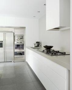 minimalistyczna-biala-kuchnia-w-domu-z-lat-30tych_1606211.jpg (750×942)
