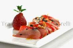 Carpaccio di ricciola e fragole, con mandorle tostate al sale marino, fiocchi di sale nero ed emulsione di balsamico | Tra pignatte e sgommarelli