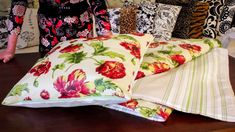 Sewing Tutorial: How to Make a Picnic Blanket and Cushion Sewing Pillows, Diy Pillows, How To Make Pillows, Cushions, Sewing Tutorials, Sewing Projects, Diy Cushion, Tote Tutorial, Quilting For Beginners