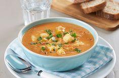 Fiskesuppe kan lages i mange varianter, og her ser du en oppskrift med torsk og tomater. Server med godt brød ved siden av.