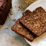 Manfreds kornbröd Ett mustigt bröd som håller sig gott och väl i en vecka. Manfred säger att brödet ska skäras i mycket tunna skivor med sylvass kniv, då kommer det bäst till sin rätt!  Till det här brödet behövs en surdegsstart. Det hittar du här.