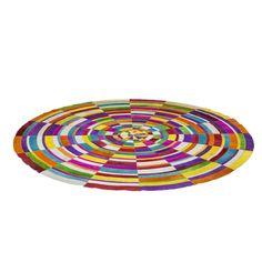 Värikäs lattia. Upea, pyöreä ja värikäs matto SpiralColore, jossa on käytetyttilkkutäkin elementit tuovat siihen ylimääräisen ja jännittävän ilmeen. Kaikki elementit on valmistettu lehmännahasta. Jokainen pala on ainutlaatuinen. Halkaisija 250 m. Värikäs piritysruiske tilaan kuin tilaan.