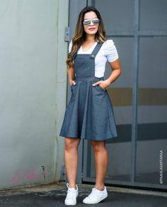 {Jardineira Aquele Look fofo pra arrasar 😘 Para compr Modest Dresses, Modest Outfits, Skirt Outfits, Modest Fashion, Girl Fashion, Casual Dresses, Casual Outfits, Fashion Dresses, Cute Outfits