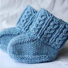 Helppo ohje vauvan sukkiin sopii aloittelijallekin. Sukan kaksinkertaista vartta koristavat valepalmikot. Vauvan sukat valepalmikko ohje kaava Knitting For Kids, Baby Knitting Patterns, Free Knitting, Knitting Socks, Baby Socks, Baby Hats, Knitted Baby Clothes, Wool Socks, Boot Cuffs