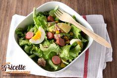 Questa insalatona più che un piatto sano e leggero è un vero e proprio pasto completo. Indicata per chi pur preferendo cibi freschi è comunque attratto da piatti sostanziosi.