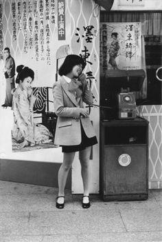 公衆電話と女の子、東京、1980年 Public phone Tokyo 1980