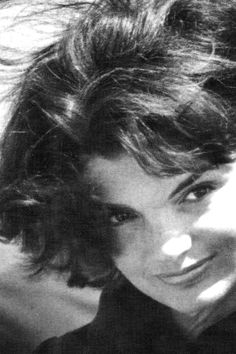 "one of my favorite pictures of Jackie Kennedy what a beautiful face. Many Americans wonder why she escaped to Greece with a protector with a private island attributing JFK`S death to ""They? Jacqueline Kennedy Onassis, Jackie Kennedy Style, Les Kennedy, Jaqueline Kennedy, Carolyn Bessette Kennedy, John Kennedy, Grace Kelly, Estilo Glamour, Lee Radziwill"