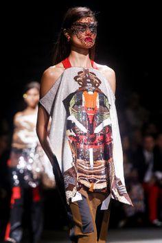 En backstage du défilé Givenchy printemps-été 2014 http://www.vogue.fr/beaute/en-coulisses/diaporama/en-backstage-du-defile-givenchy-printemps-ete-2014/15482/image/861878#!7
