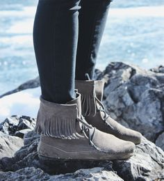 Jocelyn via thefoxandfern looking cozy and chic in the Tramper Boot.
