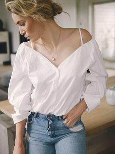 """IT'S ALL IN THE DETAILS Hvite skjorter, jeg får aldri nok, men noen alternativer til den klassiske hvite er jeg glad i. Jeg falt derfor pladask for denne varianten på H&M her om dagen. Jeg elsker de små hvite stroppene som holder skjorten oppe og hvordan ermene henger litt """"tilfeldig"""" over skuldrene. Akkurat passe sexy"""