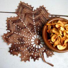Háčkovaný list - hnědý Crocheting