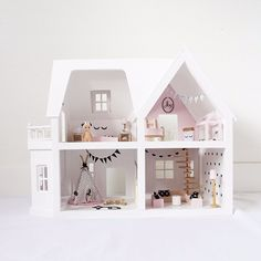 DIY Poppenhuis pimpsetjes.Stel je eigen unieke poppenhuis samen met deze te gekke stickers. De huizen hierboven zijn ter inspiratie.Het eerste huis is van Little Sissy.