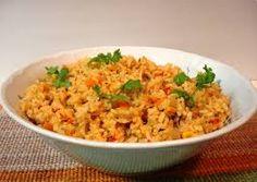 Los familiares les daban platos de arroz.