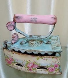 Decoupage Vintage, Vintage Crafts, Vintage Sewing, Antique Iron, Vintage Iron, Spool Crafts, Diy And Crafts, Paper Crafts, Shabby Chic Antiques