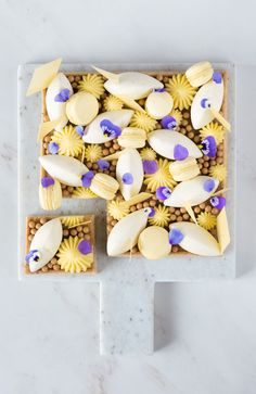 Tropical tart with coconut, lime and passion fruit - In Love With Cake Coconut Mousse, Coconut Cream, Coconut Milk, Tart Recipes, Sweet Recipes, Macaron Filling, Yellow Foods, Mousse Cake, Plated Desserts