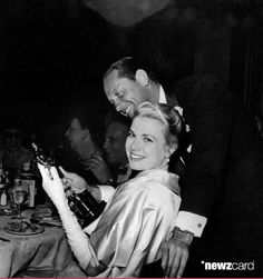 (vía The actress Grace Kelly smiles happily at the camera during the celebrating party held just after the 27th Academy Awards in Romanoff's Restaurant, holding the Oscar in her hands; William Holden, who co-starred with Grace in the movie The Country Girl she were awarded for, as best actress, stands with her, gazing at the prize. USA, March 1955. (Photo by Mondadori Portfolio via Getty Images))