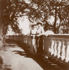 Princess Irene of Prussia (born Princesa Irene of Hesse and by Rhine) (right) and one woman, em Peterhof, 1913.