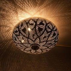 Warme Egyptische sferen bij Zenza Roomed | roomed.nl Moroccan Lighting, Moroccan Lamp, Moroccan Lanterns, Moroccan Design, Moroccan Style, Elegant Home Decor, Natural Home Decor, Elegant Homes, Ceiling Light Design