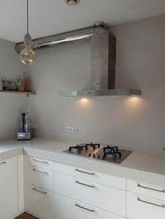 Beton snoerpendel in combinatie met Calex Flex GLB125 matcht prachtig met de betonciré achterwand van deze keuken.