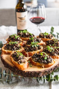 Mushroom Bruschetta with Gruyere and Thyme You'll be blown away with how easy this appetizer recipe is! With simple ingredients yet all the Thanksgiving Appetizers, Holiday Appetizers, Thanksgiving Recipes, Appetizer Recipes, Holiday Recipes, Vegetarian Thanksgiving, Vegetarian Appetizers, Crostini, Vegetarian