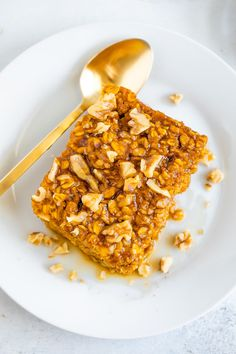 The best cozy fall breakfast, this pumpkin baked oatmeal is made with oats, pumpkin, maple syrup pumpkin pie spice and cinnamon. It's vegan and gluten-free. The Oatmeal, Baked Pumpkin Oatmeal, Baked Oatmeal Recipes, Vegan Oatmeal, Canned Pumpkin, Pumpkin Pie Spice, Oatmeal Bread, Baked Oats, Pumpkin Puree