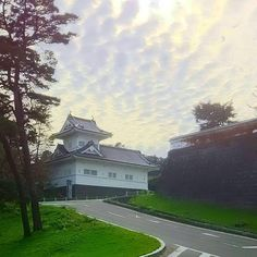 いいね!335件、コメント5件 ― CHUCHU(@chuchukichi.7)のInstagramアカウント: 「櫓。 今日はお花はお休みです。 写真は、仙台城跡の大手門脇櫓🏯。 昔は立派な大手門があったみたいですが、 もう見れないので😭残念です。  #青葉城 #仙台城 #景色 #風景 #今空 #イマソラ #空…」 Shiro, Castle, Clouds, Outdoor, Instagram, Outdoors, Castles, Outdoor Games, The Great Outdoors