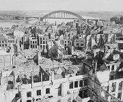 Waalbrug; el puente sobre el Waal    El puente sobre el río Waal, en Holanda, mide 604m de largo y 65 de ancho, se terminó de construir en 1936, pero es famoso por un evento, la Operación Market Garden que marcó uno de los puntos finales de la Segunda Guerra Mundial. Nimega fue la primera ciudad holandesa en caer en manos alemanas y por su puente de carretera podían pasar muchas tropas. En Septiembre de 1944 se convirtió en un objetivo principal para evitar que los alemanes lo dinamitasen.