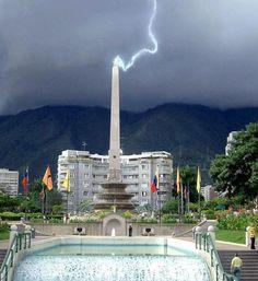 Plaza Francia _ Altamira Caracas...                    Espectacular Toma de Rayo en plena tarde Capitalina...