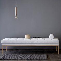 Avec son beau coton matelassé gris & son design minimaliste, la méridienne Square Bloomingville apporte au salon l'allure & le confort du style scandinave !
