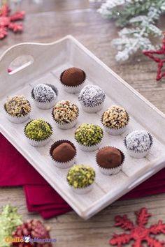 Serviti con coperture differenti, i tartufi di cioccolato (chocolate truffles)… Chocolates, Great Desserts, Mini Desserts, Brigadeiro Recipe, Cake Cookies, Chocolate Recipes, Sweet Recipes, Bakery, Sweet Treats